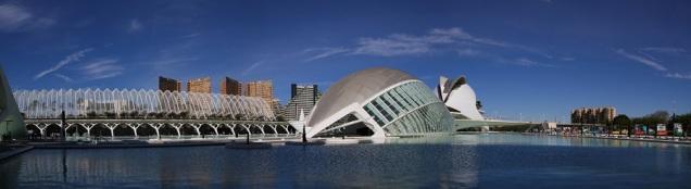 El Hemisferic  y, tras él, el Auditorio Reina Sofía. Foto: J.A. Padilla